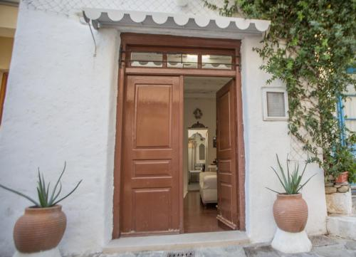 The facade or entrance of Holiday in the Real Crete
