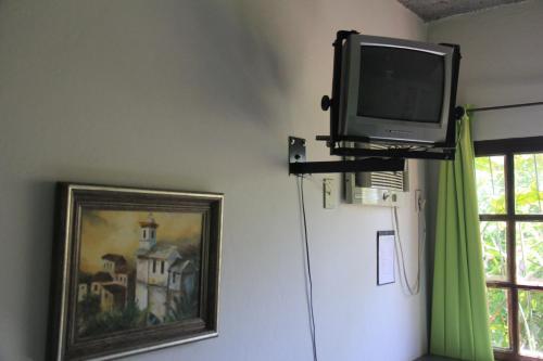Uma TV ou centro de entretenimento em Pousada Vista Bela
