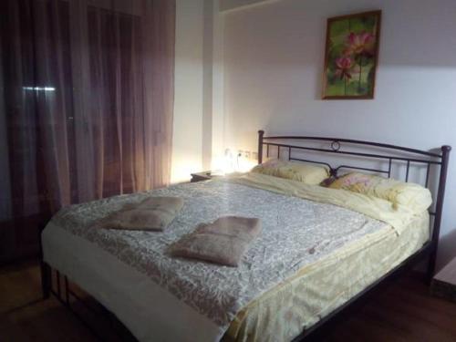 Un pat sau paturi într-o cameră la Comfortable inexpensive apartmets near metro