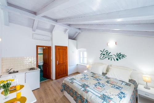 A bed or beds in a room at Apartments Pavisa