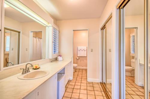 A bathroom at Royal Lahaina Resort