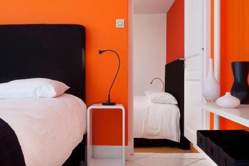 A bed or beds in a room at Hôtel De L'octroi