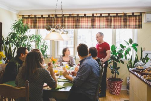 Restaurant ou autre lieu de restauration dans l'établissement Maison Des Jardins B & B