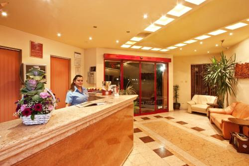 De lobby of receptie bij Saint George Hotel & Medical Spa