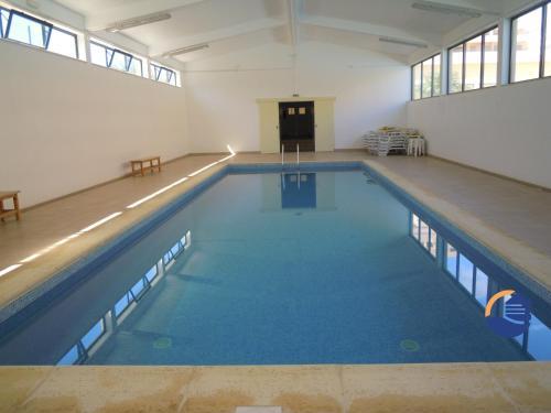 The swimming pool at or near Apartamentos Paraíso Sol da Rocha