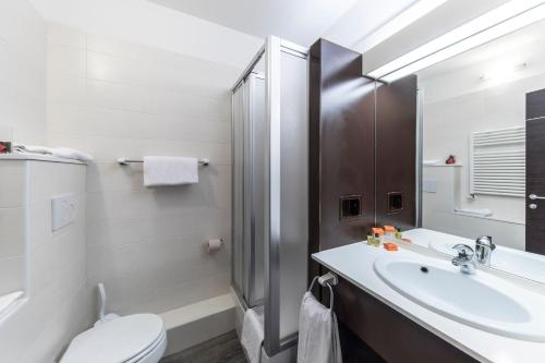 A bathroom at Hotel Donatello Imola