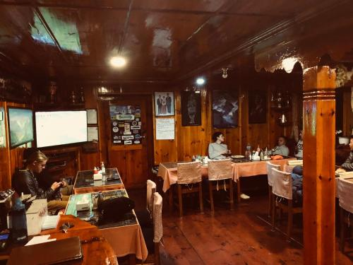 Um restaurante ou outro lugar para comer em Hotel Khangri