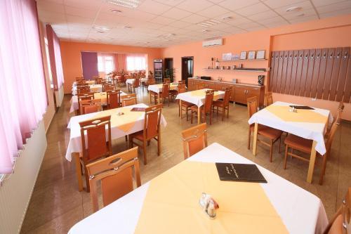 Reštaurácia alebo iné gastronomické zariadenie v ubytovaní Penzión na Rožku