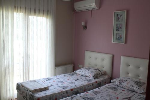 سرير أو أسرّة في غرفة في فندق سفير