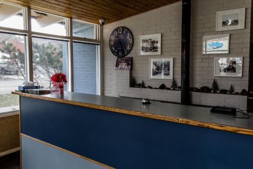 Hall ou réception de l'établissement Lakeview Lodge Motel