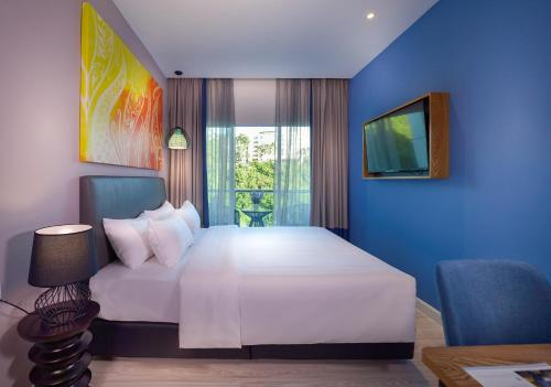 A bed or beds in a room at Mercure Kota Kinabalu City Centre