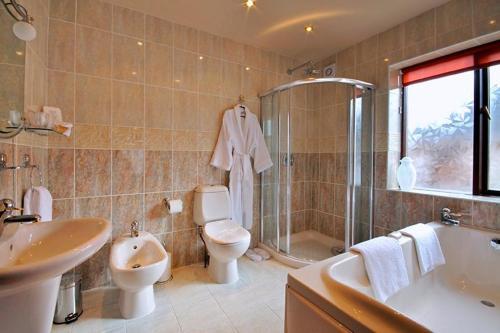 A bathroom at Englewood Lodge