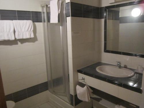 A bathroom at La Taverne
