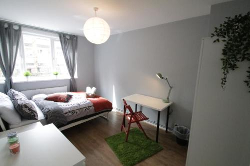 A bed or beds in a room at Bethnal Green Guest House