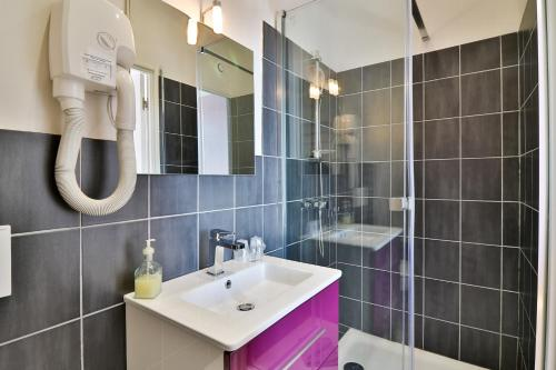 A bathroom at Hotel La Villa Florida