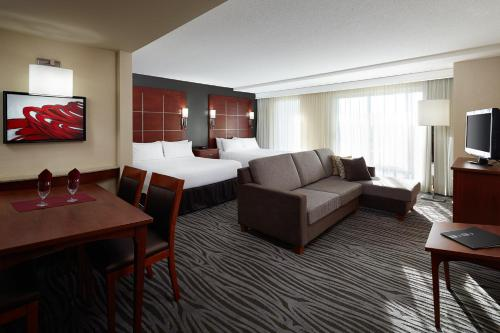 A seating area at Residence Inn by Marriott Montreal Airport