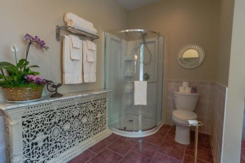 A bathroom at The Woodview Inn