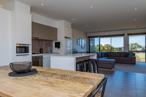 A kitchen or kitchenette at 13 Shore Place
