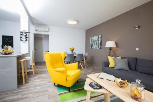 A seating area at Villa Pergola-Apartment Toni