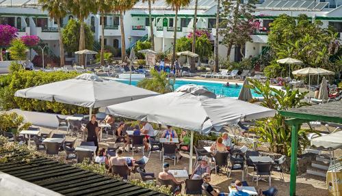 Uitzicht op het zwembad bij Apartamentos Hg Lomo Blanco of in de buurt