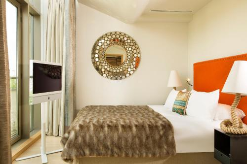 A bed or beds in a room at Goralska Résidences Hôtel Paris Bastille