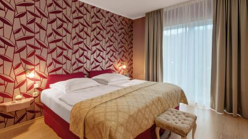A bed or beds in a room at Wyndham Garden Gummersbach