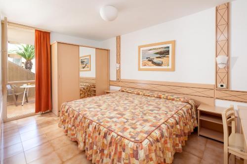 Een bed of bedden in een kamer bij Alborada Ocean Club