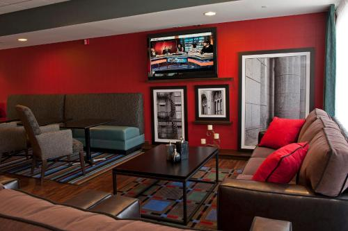 A seating area at Hampton Inn Grand Rapids-South