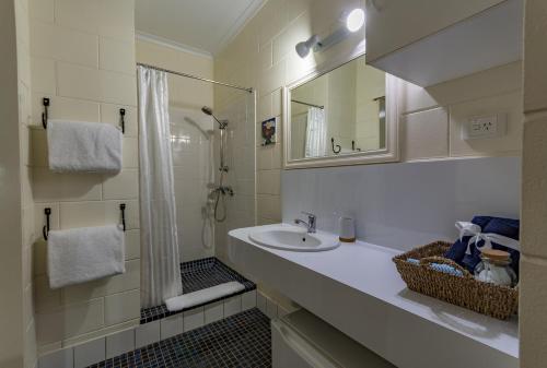 A bathroom at Kookaburra Motel Yungaburra