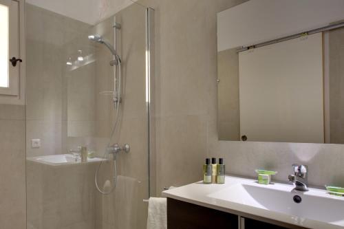 Ein Badezimmer in der Unterkunft La Tramontane