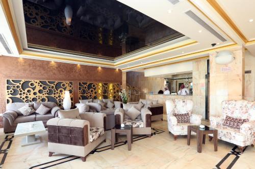 Uma área de estar em Jazan Royal Suites