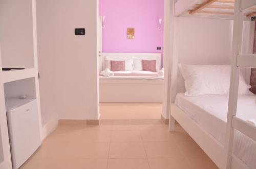 Двох'ярусне ліжко або двоярусні ліжка в номері Viola Garden Hotel Restaurant