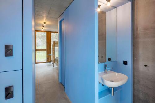 A bathroom at Bern Youth Hostel