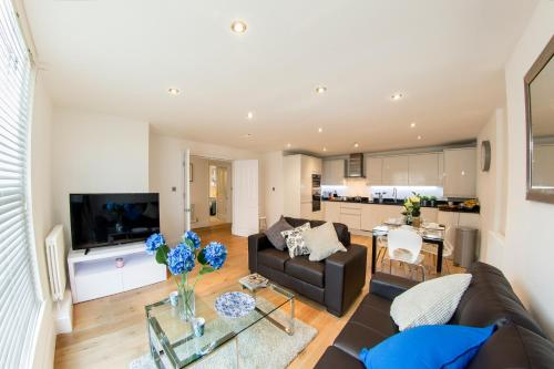 A seating area at Finchley Central - Luxury 2 bed ground floor apartment