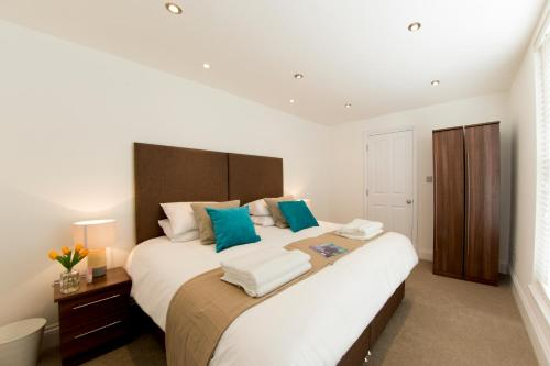 A bed or beds in a room at Finchley Central - Luxury 2 bed ground floor apartment