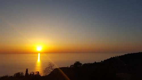 Вид на восход или закат из дома для отпуска или места поблизости
