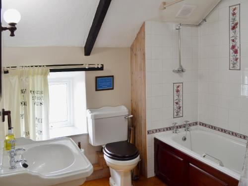 A bathroom at Skiber An Gwenely