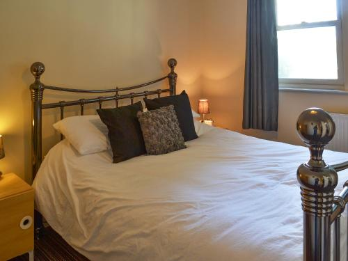 A bed or beds in a room at Kingscote