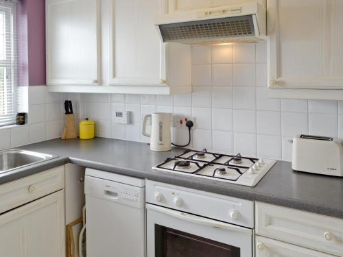 A kitchen or kitchenette at Anchor Cottage