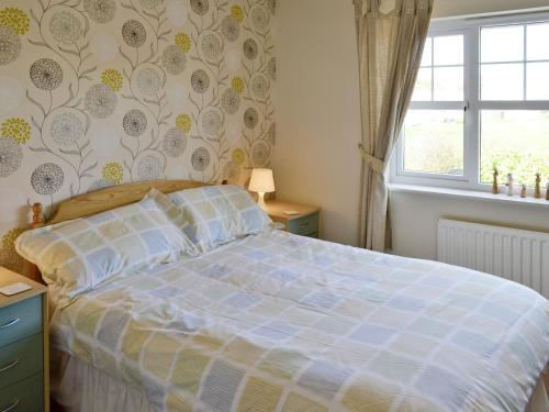 A bed or beds in a room at Anchor Cottage
