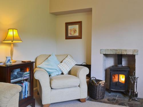 A seating area at Benvane Cottage