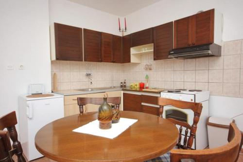 A kitchen or kitchenette at Apartments with a parking space Cibaca, Dubrovnik - 8998
