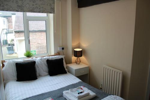 A bed or beds in a room at Riverside Mews