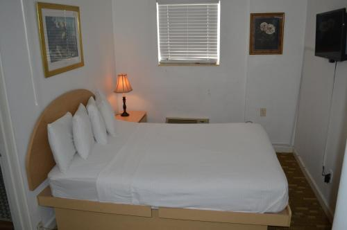 A bed or beds in a room at Island House South Beach