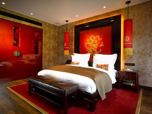 Ein Bett oder Betten in einem Zimmer der Unterkunft Buddha-Bar Hotel Prague