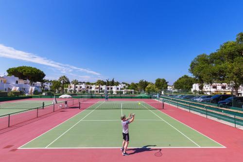 Tennis- en/of squashfaciliteiten bij Balaia Golf Village of in de buurt