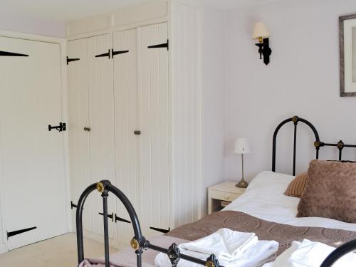 A bed or beds in a room at Greenside Cottage