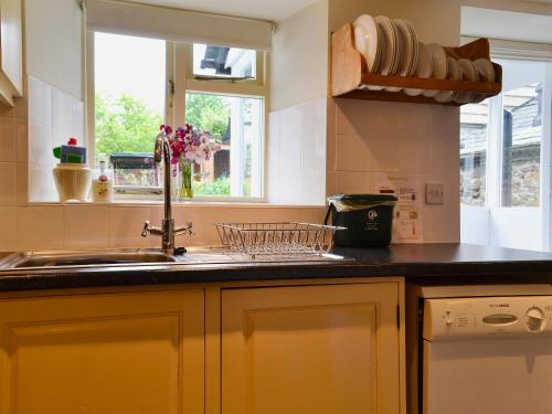 A kitchen or kitchenette at Appletree Cottage
