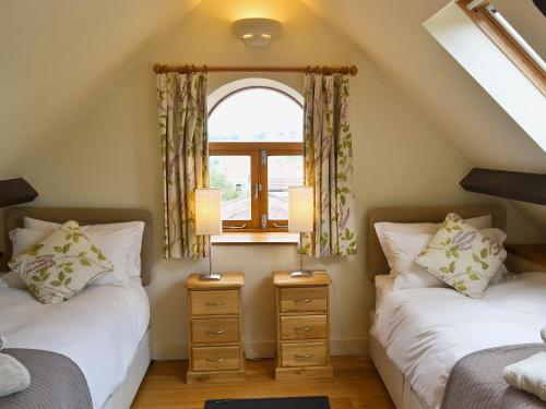 A bed or beds in a room at Two Bedroom Cottage in Carlingcott nr. Bath
