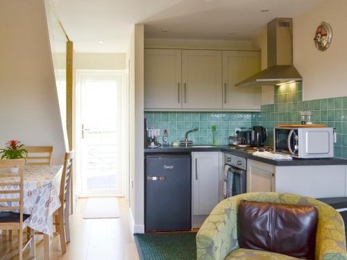 A kitchen or kitchenette at Greenmount Cottage